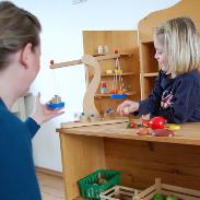 Ein Kind in logopädischer Behandlung